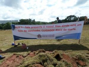 Prefeitura colocou faixa no local, onde afirma que obra não esta concluida. Foto: Rosy Pantaleão
