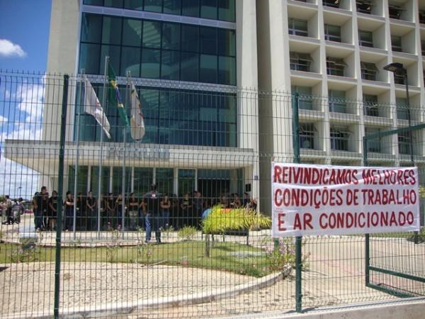 Servidores protestaram na frente do fórum. Foto: Daniela Ayres