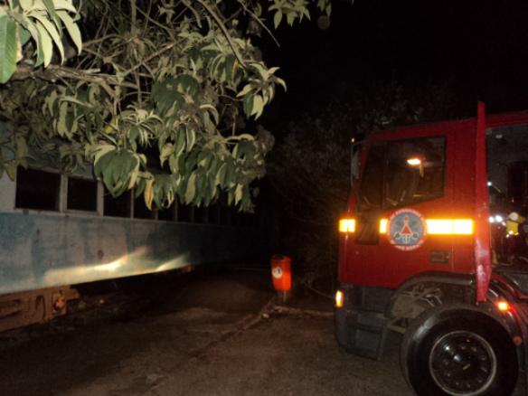 Bombeiros trabalham para apagar o fogo que toma conta da Maria Fumaça em Pouso Alegre. Foto: Airton Chips