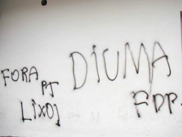 Vândalos erraram na hora de escrever o nome da presidenta Dilma.