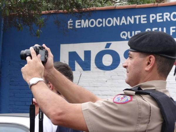 Polícial tira foto em meio a Manifestação