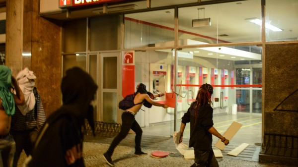 18jun2013---vandalos-depredam-agencia-bancaria-no-centro-de-sao-paulo-regiao-onde-acontece-nova-manifestacao-contra-o-aumento-da-passagem-do-transporte-publico-entre-outras-reivindicacoes-na-noite-1371610020874_1920x108