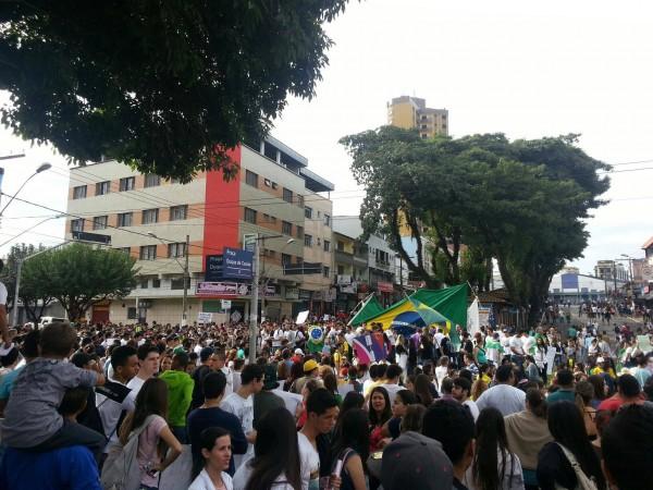 Bandeira do Brasil é levantada. Foto: Natalia C. Baret