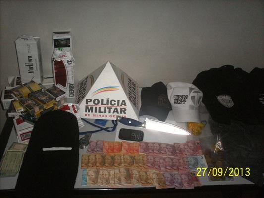 Foram encontrados dinheiro, toca ninja e a faca utilizada no assalto a loja