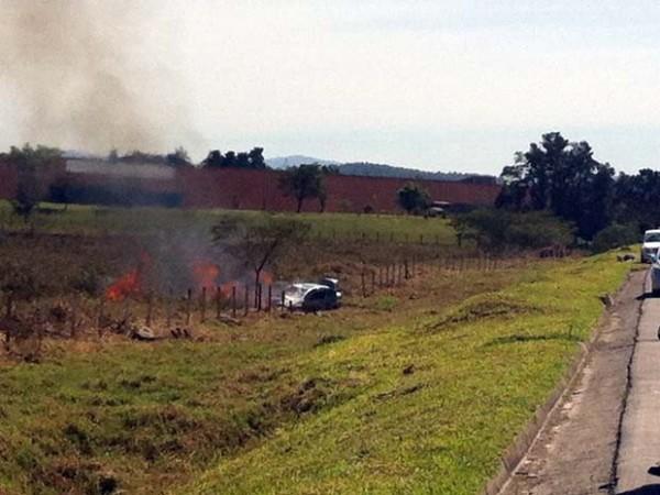 Carro pega fogo na Fernão Dias