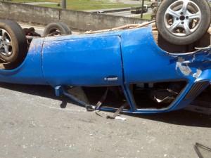 Carro capotou após bater na traseira de um caminhão (Foto: Alberto Ferreira Alebrante)