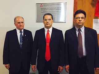 O desembargador Antônio Sérvulo, 1° a esquerda, representou o presidente do TJMG, desembargador Herculano Rodrigues e o 3° vice-presidente desembargador Manuel Saramago