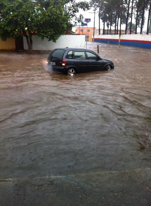 Chuva alagou rua em frente a praça de esportes. Foto: Alcilene Alves