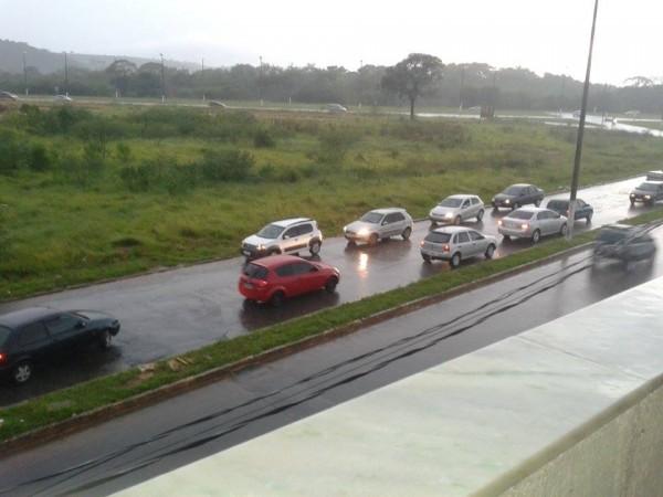 Motoristas dirigem na contramão para fugir do alagamento. Foto: Rafael Borges