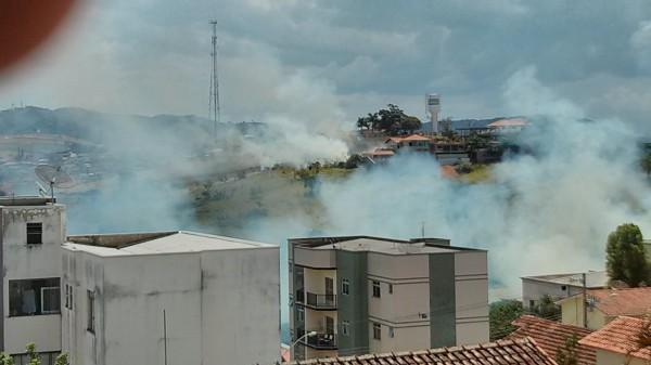 Fumaça atinge moradores de prédio do bairro Medicina. Foto: Marcos Paula