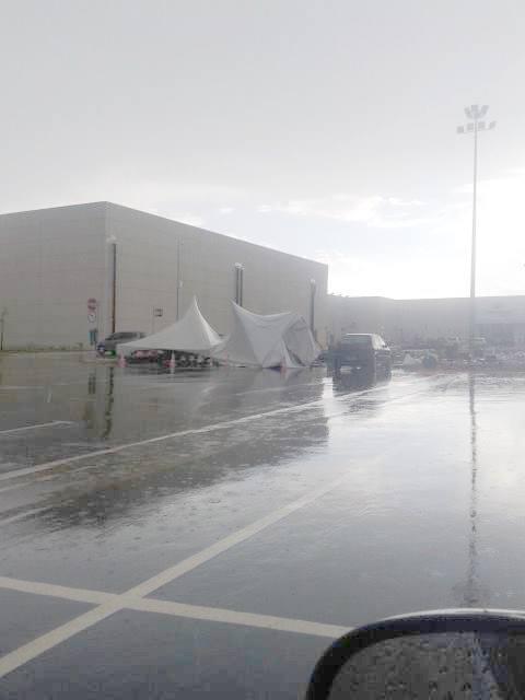 Estrutura metálica armada no shopping serra Sul não aguentou forte ventania. Foto: Fernando Lima