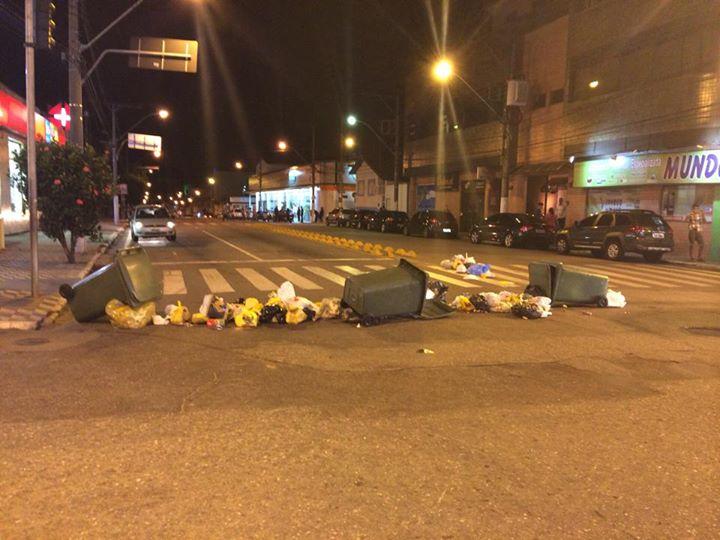 Garis colocaram lixo no meio da Avenida Dr. Lisboa. Foto: <a class='post_tag' href='http://pousoalegre.net/topicos/douglas-vasconcelos/' >Douglas Vasconcelos</a>  / Reprodução Facebook