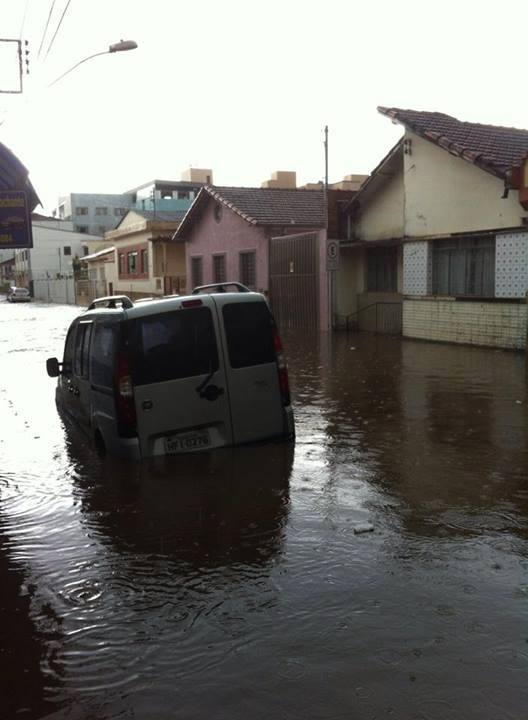 Chuva alagou a Rua Monsenhor Dutra. Foto: Helio de Paiva Junior