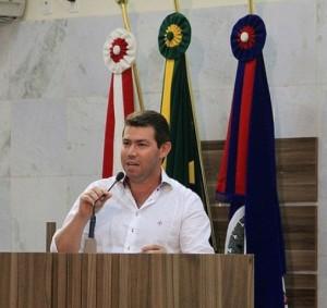 """Morumbi, Jatobá e Jacarandá já estão há três dias sem ver o lixeiro"""", reclama o vereador do PTN. Foto: Daniela Ayres"""