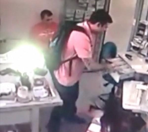 Imagens do circuito interno pegaram momento em que homem pula proteção de vidro e pega dinheiro da lotérica.