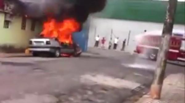 Carro estava estacionado quando começou a pegar fogo.