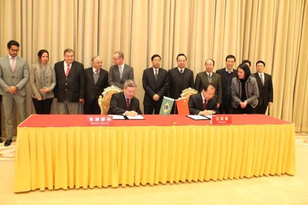 Acordo foi assinado por Antonio Anastasia e pelo governador da Província de Jiangsu, Fu Ziying. Foto: Daniel Messias