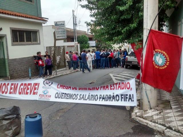 Trabalhadores de indústria de materiais bélicos fizeram manifestação em frente ao Ministério do Trabalho.