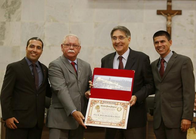 Fernando Pimentel recebeu o titulo de cidadão das mãos dos vereadores Rafael Huhn (esq), Mário de Pinho e Hélio da Van (dir). Foto: Manoel Marques / Divulgação