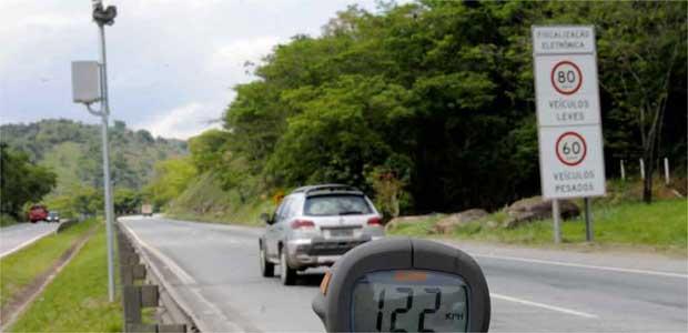 Carro passa muito acima do limite de velocidade.