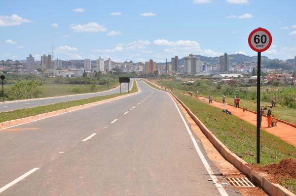 Avenida do <a class='post_tag' href='http://pousoalegre.net/topicos/dique-2/' >Dique 2</a>  não tem data para ser liberada.