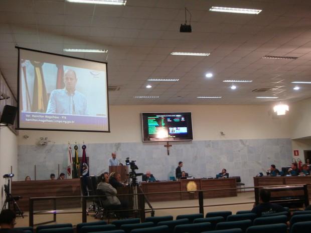Primeiro a usar a tribuna, vereador Hamilton Magalhães cobrou da Mesa Diretora atenção aos trâmites legais para a abertura de uma CPI. Foto: Daniela Ayres