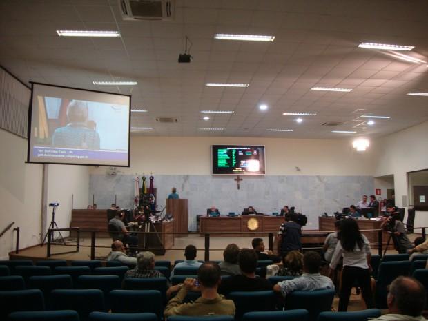 &quot;Eu não virei as costas para a população de Pouso Alegre, eu virei as costas para o anarquismo que estava nessa Casa&quot;, disse <a class='post_tag' href='http://pousoalegre.net/topicos/dulcineia-costa/' >Dulcinéia Costa</a> (PV) após encerramento da sessão em que foi a vereadora mais vaiada. Foto: Daniela Ayres
