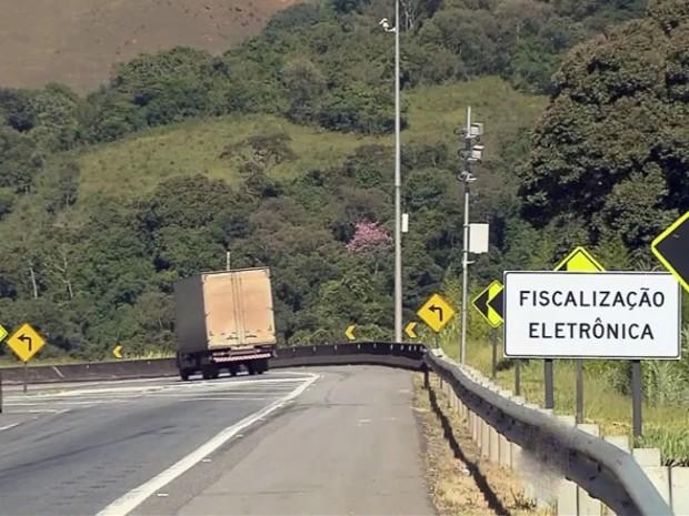 Motoristas reduzem velocidade devido aos radares (Foto: Edson Oliveira / EPTV)