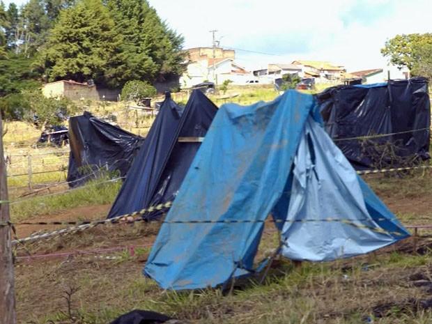 Barracos são construídos em terreno no bairro Cidade Jardim (Foto: Reprodução EPTV)