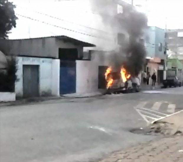 Kombi pega fogo. Imagem: Reprodução de vídeo / Ismael Santos