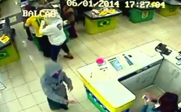 Dois ladrões assaltaram supermercado na Silviano Brandão. Imagem: Circuito Interno