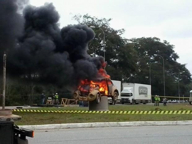 Manifestantes queimaram um carro que já havia em um acidente no trecho para simbolizar o problema na rodovia.  Imagem: Facebook TV Libertas