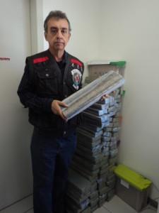 Delegado Gilson Baldassari mostra os 220kg da droga apreendida
