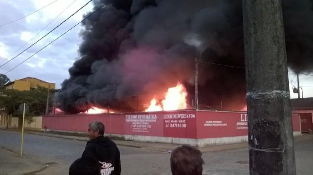 Depósito pegou fogo. Foto: Alexandre Caloi / Facebook