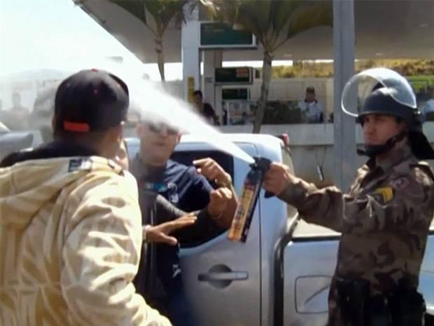 Polícia usou Spray de Pimenta contra manifestantes. Imagem: Reprodução Facebook Fernando Lima