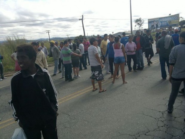 Manifestantes ocupam a rodovia que liga Pouso Alegre a Santa Rita do Sapucaí