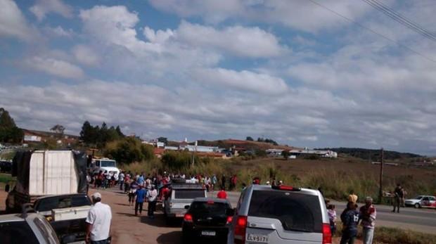 Trânsito nas Rodovias que dão acesso ao bairro estão interditadas pelos manifestantes.