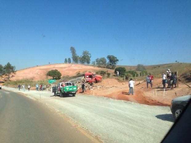 No acidente, caminhão foi parar em cima de um barranco. Foto: Alberto Alebrante