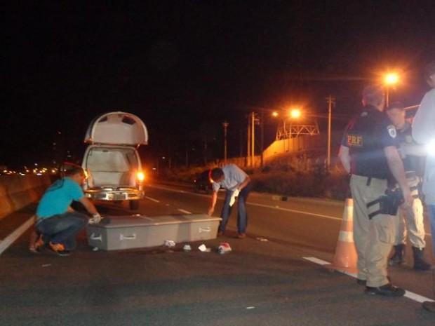 Vítima tentava atravessar a rodovia quando foi atingido. Homem morreu no local.