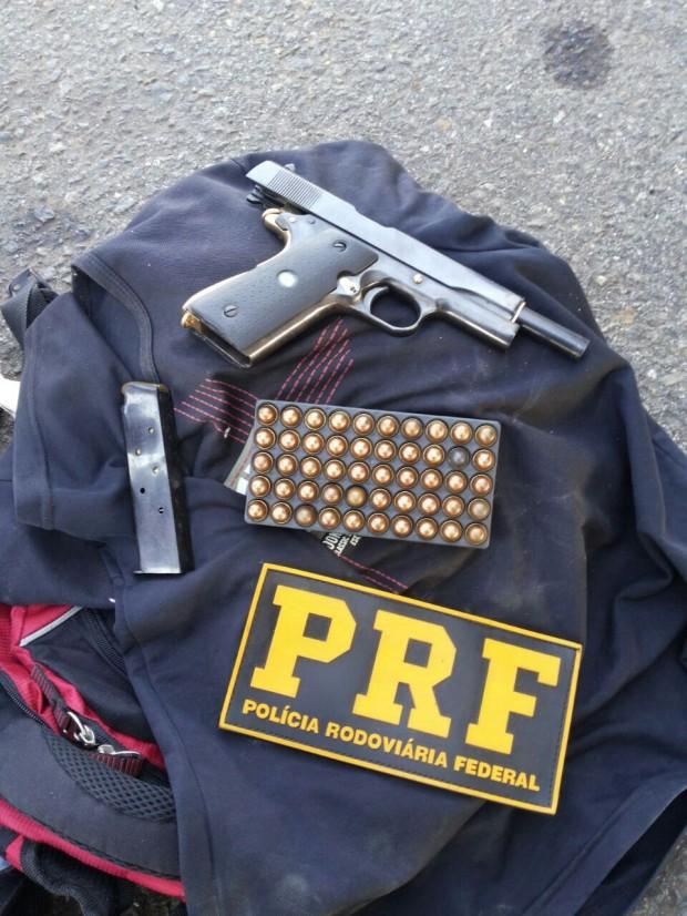 Homem portava uma pistola calibre 45 e munição. Foto: PRF