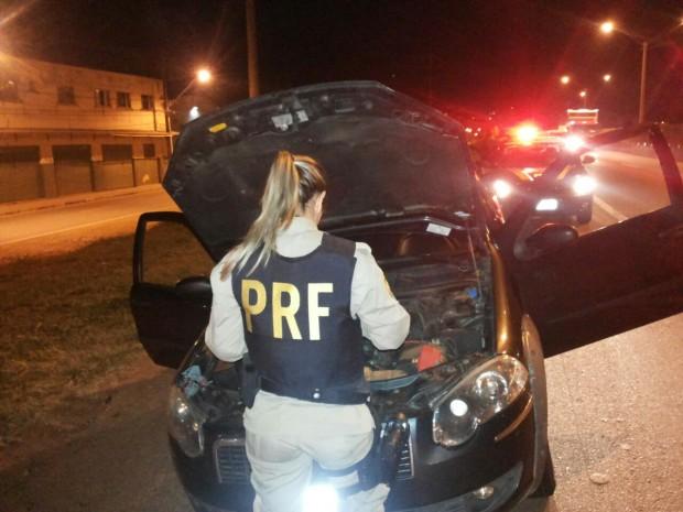 Droga era transportada no assoalho de um Fiat Strada roubado em Salvador.  Foto: Divulgação PRF