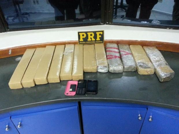 Dentro do carro foram encontrados 11kg de maconha.  Foto: Divulgação PRF