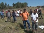 Um dia após serem retirados do local, famílias demarcaram lotes e permanecem no local.