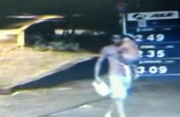 Padrasto aparece carregando a criança no colo, já desacordada e segurando um galão de combustíveis, pouco antes das 18h30.
