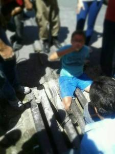 Garoto ficou com perna presa em bueiro. Imagem: Reprodução Facebook Fernando Lima