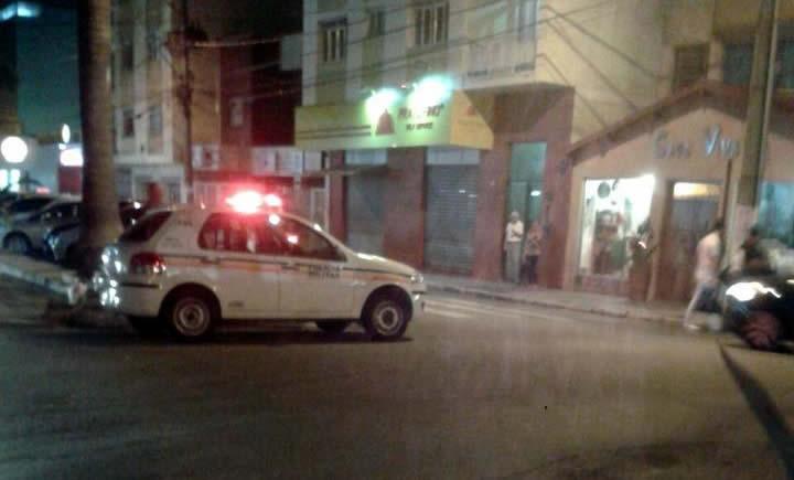 Bebê foi encontrado em cima do telhado de uma casa. Imagem: Fernando Lima / Facebook