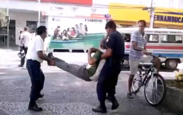 Morador de rua é retirado por guarda municipal. Imagem: Reprodução Video Facebook