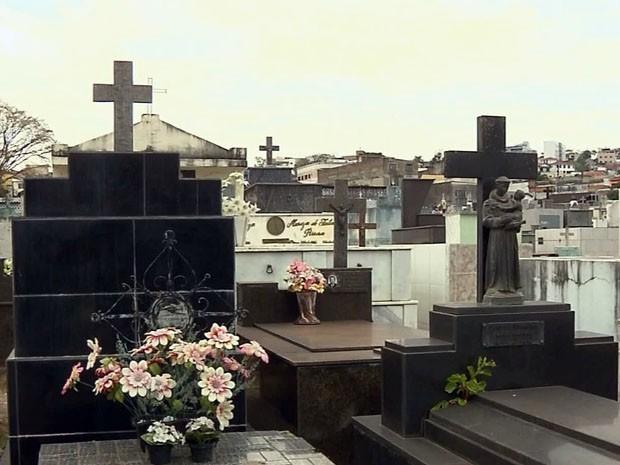 O recadastramento pode ser feito no próprio cemitério, das 8h às 17h30. Quem não o fizer até janeiro de 2015, perderá a propriedade do túmulo