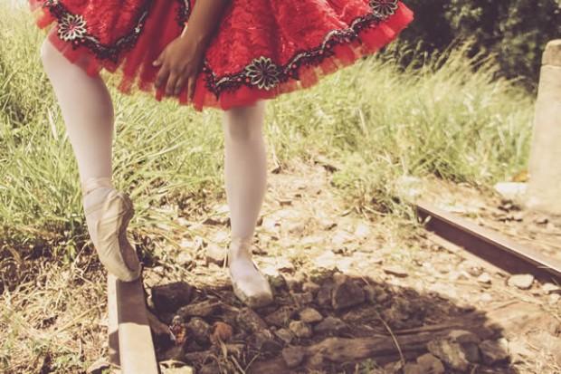 Exposição faz o contrates entre a delicadeza das bailarinas com a situação da Maria Fumaça. Imagem: Divulgação