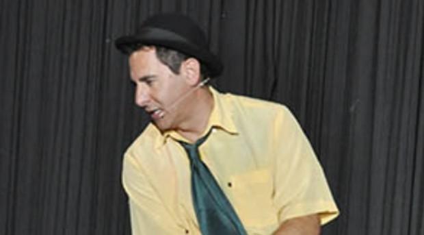 Na última semana de outubro, o theatro de Pouso Alegre traz stand up comedy, dança e boas gargalhadas com o ator Giovane Braz do programa a Praça é Nossa